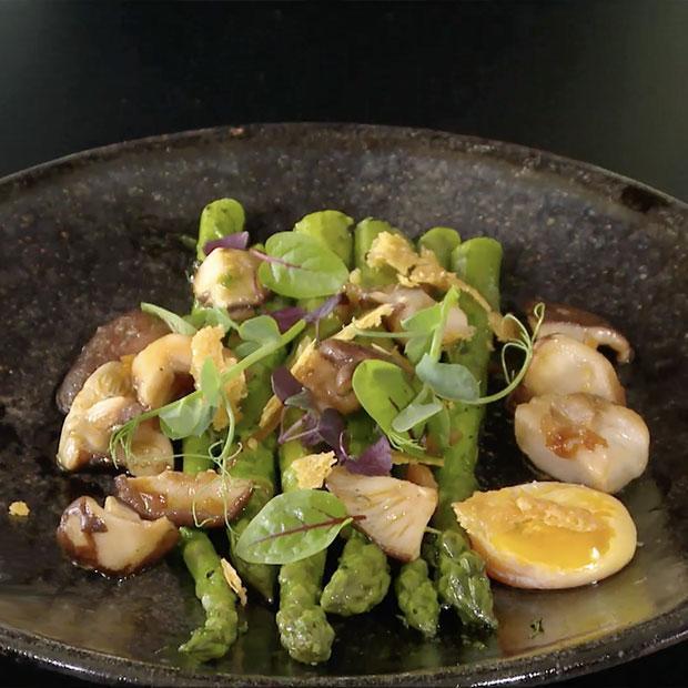 Asperges vertes, jaune d'œuf, shiitakes et parmesan de Laurent