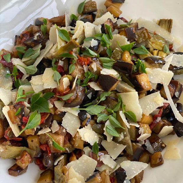 Salade d'artichauts et aubergine aux olives noires