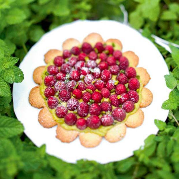 Tarte sablée aux framboises, pistache et fleur d'oranger