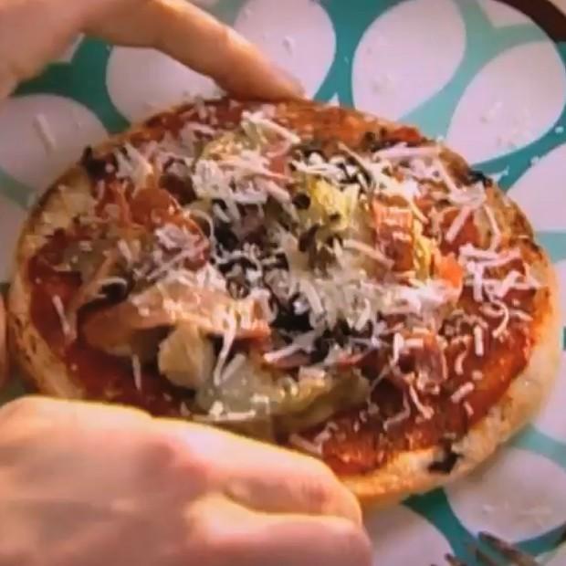 Pizza pita aux cœurs d'artichauts et aux câpres