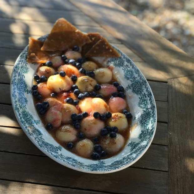 Pêches de vigne rôties au miel et nougatine aux noix de Christine
