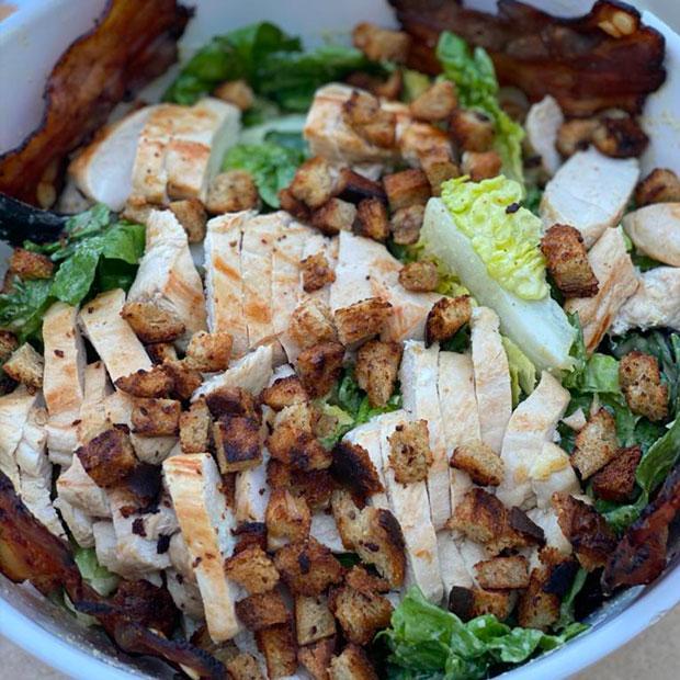 Salade césar au poulet grillé et lard fumé