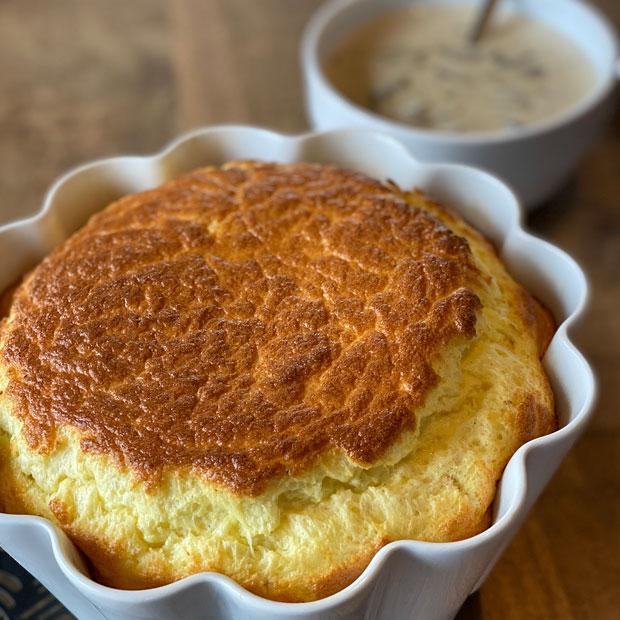 Soufflé au jambon et au fromage, sauce champignons façon Jean Cocteau
