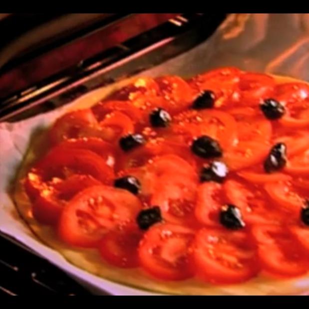 Tarte fine à la tomate et aux olives