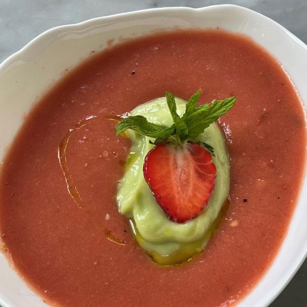 Soupe de tomates fraises-avocat