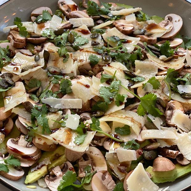 Avocats, champignons de paris, parmesan