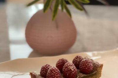 Tarte farine de lentilles, crème de pistaches et framboises