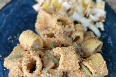Pâtes aux noix et à la salade d'endives