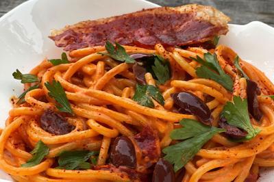 Spaghetti à la crème de piquillos et jambon basque croustillant