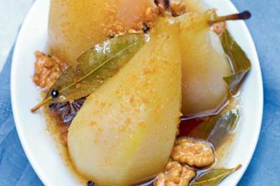 Poires pochées au laurier, miel et vinaigre de noix