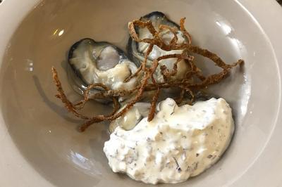 Huîtres pochées, velouté de sarrasin et crème aux algues et oignons de Nicolas Conraux
