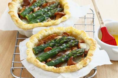 Tartelettes  aux girolles, asperges et Cantal