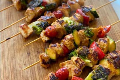 Brochettes de poulet satay et légumes grillés