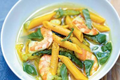 Penne aux crevettes, courgettes et bouillon épicé